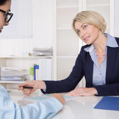 Vorstellungsgespräch: Zwei Business Frauen im Büro
